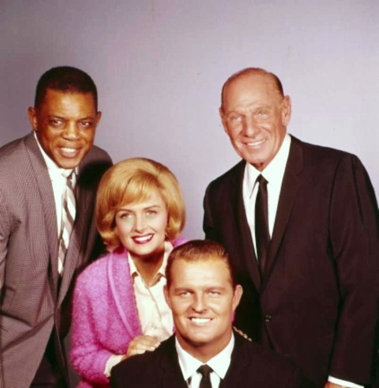 "SITCOM / Le 24 Septembre 1958, démarre la série T.V. ""The Donna REED show"" avec pour interprètes principaux, Donna REED, Carl BETZ, Shelley FABARES ou encore Paul et Patty PETERSEN ; la série se terminera le 19 Mars 1966."