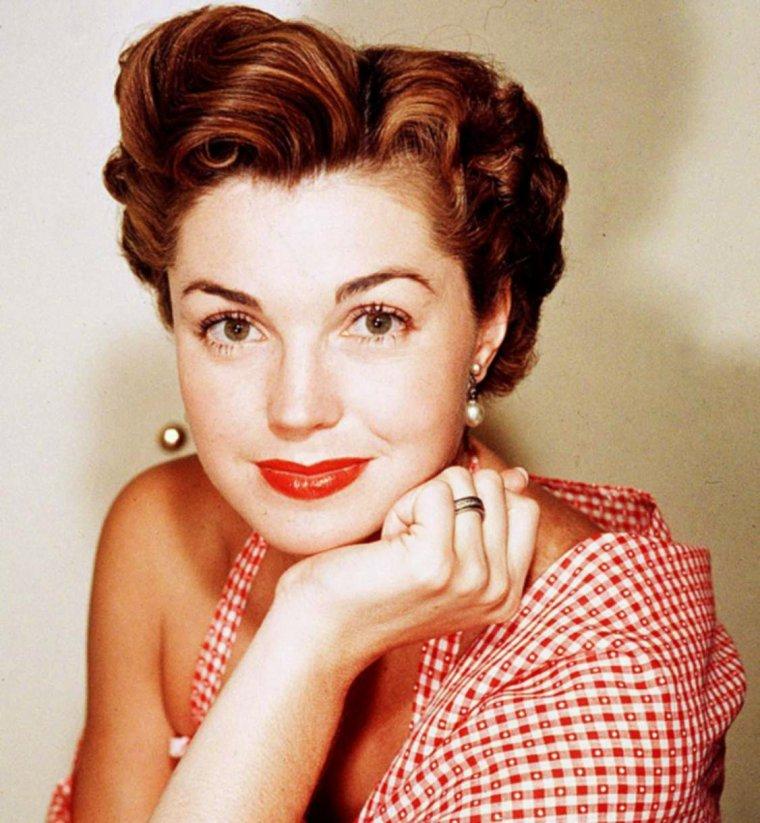 """HOMMAGE / Elle fut l'une des plus grandes stars d'Hollywood dans les années 1940. Esther WILLIAMS, 91 ans, est morte dans son sommeil ce jeudi 6 Juin 2013.   Il est des destins atypiques, à l'image de celui d'Esther WILLIAMS. L'ancienne nageuse devenue actrice a su conquérir le c½ur du 7ème art, en devenant l'une des premières superstars. Ces dernières années, la vieille dame s'était faite discrète, puis son état de santé s'est peu à peu dégradé. Selon son fidèle agent Harlan BOLL, Esther WILLIAMS est morte dans son sommeil au petit matin du jeudi 6 juin. Née en 1921 dans la banlieue de Los Angeles, Esther est plutôt destinée à une carrière de sportive qu'à crever l'écran. Championne de natation, elle remporte la médaille du 100 mètres nage libre mais ne pourra jamais participer aux Jeux Olympiques de 1940 à cause de la deuxième guerre mondiale qui éclate.   Esther WILLIAMS met ses rêves de côté, devient vendeuse de vêtements, et rencontre Billy ROSE qui décide de faire d'elle sa nouvelle baigneuse, à l'image des pin-up des fifties. Très vite, la jeune femme rencontre des producteurs de MGM qui lui suggère de jouer dans des films destinés à promouvoir la natation. La jeune Esther accepte le challenge et devient l'une des actrices les plus bankables avec ses films musicaux aquatiques en technicolor, qui lui vaudra le petit nom de """"sirène hollywoodienne"""". Maillots de bain échancrés et natation syncronisée sont à l'origine du succès de ses films, incarnés par Esther WILLIAMS.   En 1962, celle que tous les G.I. américains adulent, se retirent de la vie publique pour se concentrer sur sa famille. Après le décès de son troisième mari, Esther revient sur le devant de la scène et commente les Jeux Olympiques de Los Angeles en 1984. «J'ai eu trois carrières excitantes, expliqua-t-elle alors. Avant les films j'ai eu l'occasion de tester les compétitions de natation, j'ai eu une carrière d'actrice avec tout le glamour que cela implique. C'était très épanouissant, mais c'était """