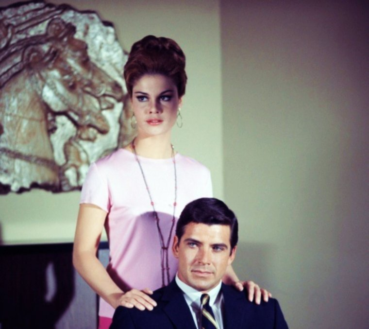 """NEWS / Wende WAGNER est une actrice américaine née le 6 décembre 1941 à New London, Connecticut (États-Unis), décédée le 26 février 1997 à Santa Monica (Californie). Elle est surtout connue pour le rôle de Lenore """"Casey"""" CASE dans """"Le Frelon vert"""" (The Green Hornet), série télévisée américaine en 26 épisodes de 26 minutes, créée par William DOZIER, d'après l'émission radiophonique éponyme de George W. TRENDLE, et diffusée entre le 9 septembre 1966 et le 17 mars 1967 sur le réseau ABC. / SYNOPSIS / Cette série met en scène les aventures de Britt REID (Van WILLIAMS), rédacteur en chef du """"Daily Sentinel"""", qui, sous l'identité du """"Frelon vert"""", combat le crime. Il est aidé dans sa tâche par Kato (Bruce LEE), son valet, également expert en arts martiaux et chauffeur de """"la Belle Berthe"""" (Black Beauty), une voiture truffée de gadgets, aux phares verts. Chaque épisode s'ouvre par l'«accroche» suivante : « Voici encore un nouveau défi pour """"le Frelon vert"""", il est assisté par Kato et sa voiture-gadget : """"La Belle Berthe"""". Dans les archives de la police, on trouve le nom d'un criminel, """"le Frelon vert"""", qui n'est autre que Britt REID, il est éditeur et propriétaire du """"Daily Sentinel"""". Sa double personnalité n'est connue que par sa secrétaire et le procureur Scanlan. Et maintenant, pour protéger les droits et les vies des honnêtes citoyens, """"le Frelon vert"""" va agir »."""
