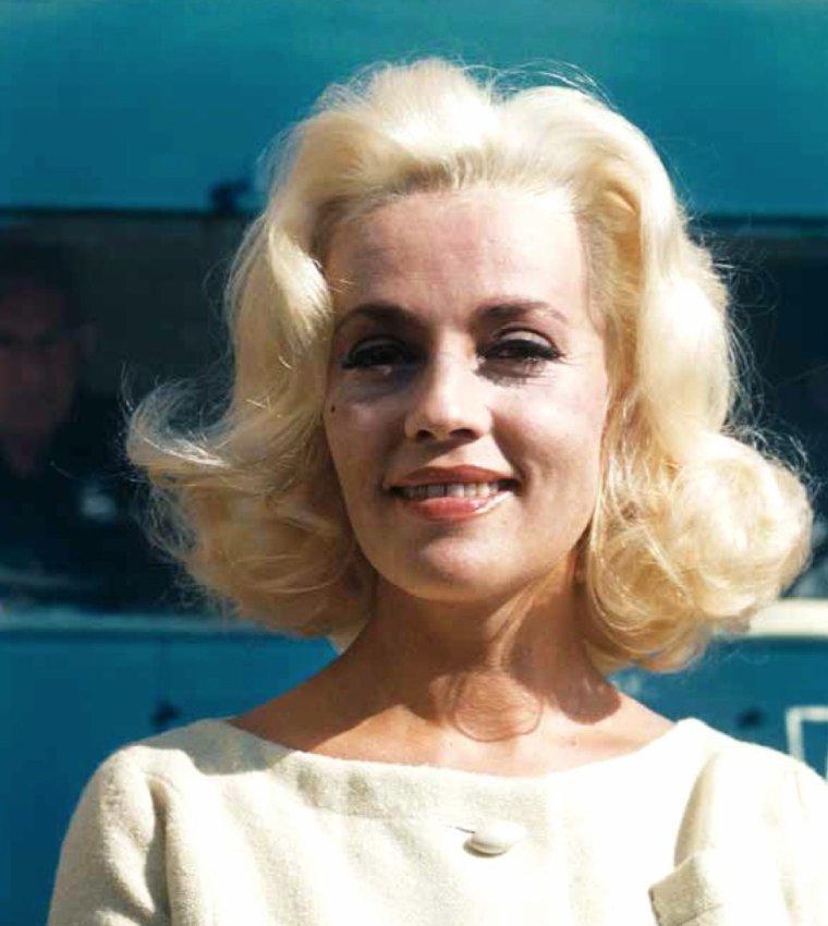 """WHO IS SHE ? / Actrice mystère... Actrice française, elle se teint en blonde pour les besoins d'un film : """"La baie des anges"""", en 1963... La reconnaissez-vous ?"""
