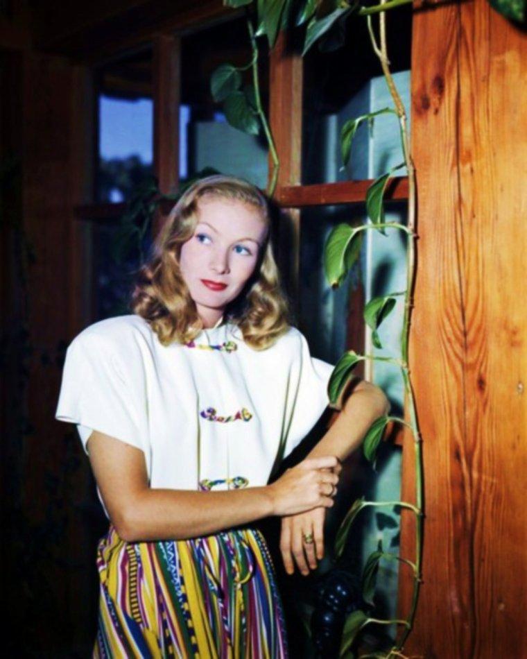 """""""RETOUR vers le passé""""  (les années 40)... avec Veronica LAKE (new pictures)."""