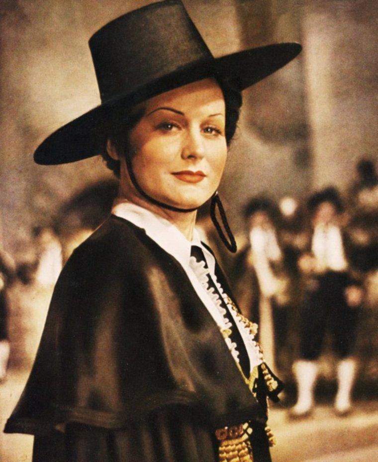 """NEWS / Marika Karolina RÖKK (connue sous le pseudo de Marika RÖKK), née le 9 novembre 1913 au Caire (Égypte) morte le 16 mai 2004 à Baden (Autriche) est une actrice germano-autrichienne d'origine hongroise. / MINI-BIO / Marika RÖKK naît au Caire dans la famille d'un architecte hongrois, Eduard RÖKK, et de son épouse née Maria KAROLY. La famille retourne peu après à Budapest, où le petite fille prend des cours de danse à partir de l'âge de huit ans, puis déménage à Paris en 1924. Marika RÖKK continue à prendre des cours de danse et entre finalement au Moulin Rouge. Elle fait aussi des tournées à Broadway à New York et à Monte-Carlo entre 1925 et 1928. En 1929, elle fait partie de revues qui se produisent à Berlin, Paris, Londres, Cannes, Vienne et Budapest. C'est en 1930 qu'elle débute au cinéma dans un petit rôle épisodique d'une comédie anglaise """"Why Sailors Leave Home"""", et continue ainsi à tourner à Londres et à Budapest. Elle obtient un premier rôle important en 1933 dans """"Ghost Train"""" et est engagée pour d'abord deux ans en Allemagne en 1934 par la UFA. Elle tourne dans """"La Cavalerie légère"""" (Die leichte Kavallerie), avec Heinz Von CLEVE, et devient tout de suite la star de son époque. Le réalisateur du film, Georg JACOBY (1882-1965), l'épousera en 1940. Marika RÖKK joue dans le premier film allemand en couleur """"Les femmes sont les meilleurs diplomates"""" (Frauen sind doch bessere Diplomaten) en 1941 à côté de Willy FRITSCH et obtient un énorme succès avec un film de son mari """"La Femme de mes rêves"""" (Die Frau meiner Traume) en 1944. Ce film fut montré en 1947 en URSS, où des millions de spectateurs le virent. À la fin de la guerre, l'actrice se trouvait en Autriche, en zone occupée par les Soviétiques. Elle monte sur scène pour les soldats de l'Armée rouge, étant interdite de cinéma par les Alliés. Elle peut retourner au cinéma en 1948 avec """"Fregola"""", suivi en 1950 de """"Enfant du Danube"""" (Kind der Donau) ou en 1951 de """"Sensation à San Remo"""", produits par la Wien-Fi"""