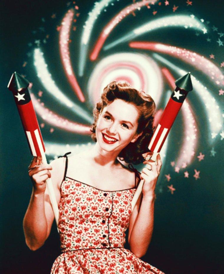 4 JUILLET : INDEPENDENCE DAY / Le Jour de l'Indépendance (en anglais : Independence Day ou Fourth of July) est la fête nationale des États-Unis commémorant la Déclaration d'indépendance du 4 juillet 1776, vis-à-vis du Royaume de Grande-Bretagne. Ce jour est l'occasion de fêtes et de cérémonies célébrant l'histoire du pays, son gouvernement et ses traditions ; se déroulent notamment des feux d'artifice, des parades, des barbecues, des pique-niques, des matchs de baseball. / POURQUOI LE 4 JUILLET ? / Bien que le 4 juillet soit une sorte d'icône pour les Américains, certains clament que la date est arbitraire. Les Néo-Anglais se sont battus contre les Britanniques dès avril 1775. La première motion concernant l'indépendance a été faite le 4 juin 1776 au Congrès continental. Après de longs débats, le Congrès vota de façon unanime, mais secrètement, l'indépendance vis-à-vis de la Grande-Bretagne le 2 juillet (la Lee Resolution), et désigna Thomas JEFFERSON pour écrire une ébauche de déclaration. Le Congrès retravailla l'ébauche jusqu'à peu après 11 heures, le 4 juillet, quand treize colonies votèrent pour son adoption (New York s'est abstenu des deux votes) et donnèrent une copie aux imprimeurs signée seulement par John HANCOCK, le Président du Congrès, et le secrétaire Charles THOMSON. Philadelphie célébra la Déclaration par des lectures publiques et des feux de joie le 6 juillet. Les autres membres du Congrès n'ont pas signé avant le 2 août, mais ce fut quand même gardé secret par peur de représailles britanniques. Selon Thomas JEFFERSON, John ADAMS écrivit à sa femme Abigail le 3 juillet 1776 : « Le deuxième jour de juillet 1776 sera le jour le plus mémorable de l'histoire de l'Amérique. J'ai tendance à croire que ce jour sera fêté par les générations à venir comme la grande fête commémorative. Il mérite d'être célébré comme le jour de la délivrance, par des actes solennels de dévotion à Dieu Tout-Puissant. Il mérite d'être célébré en grandes pompes et avec des parade