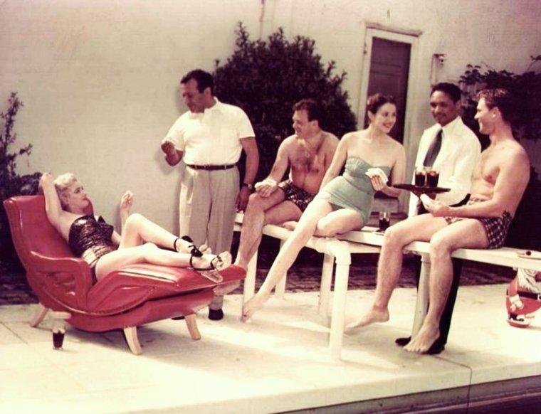 1951 / On appelle ses ami(es) et on se fait une journée piscine... Marilyn, Nick SAVANO, Craig HILL and Mala POWERS
