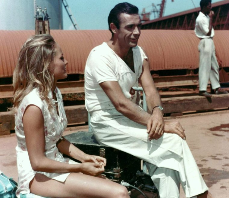 "Et toujours la rubrique ""On the set..."" (de haut en bas) Ursula ANDRESS and Sean CONNERY / Cyd CHARISSE / Ava GARDNER / Elsa MARTINELLI / Elizabeth TAYLOR / Gina LOLLOBRIGIDA and John HUSTON / Brigitte BARDOT and Jean Luc GODARD / France NUYEN and Robert MITCHUM"