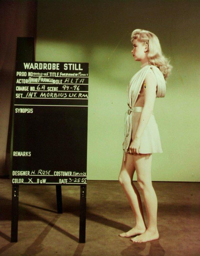 """1956 / Restons dans la science-fiction pour la 66ème commémoration de l'anniversaire de l'affaire ROSWELL, avec ces photos d'Anne FRANCIS lors des essayages costumes pour le film """"La planète interdite"""" (Forbidden Planet) / SYNOPSIS / En 2257, le croiseur spatial C-57-D du commandant ADAMS se pose sur la planète Altaïr 4 pour secourir le Bellérophon, un vaisseau d'exploration dont l'équipage n'a plus donné signe de vie depuis 19 ans. Sur place, l'équipage ne découvre que deux survivants : le docteur MORBIUS et sa fille Altaïra, assistés de Robby le robot. Ceux-ci lui apprennent qu'une mystérieuse force invisible a tué un à un tous les membres de l'expédition et que la planète recèle les derniers vestiges d'une civilisation hautement évoluée et disparue, les Krells."""