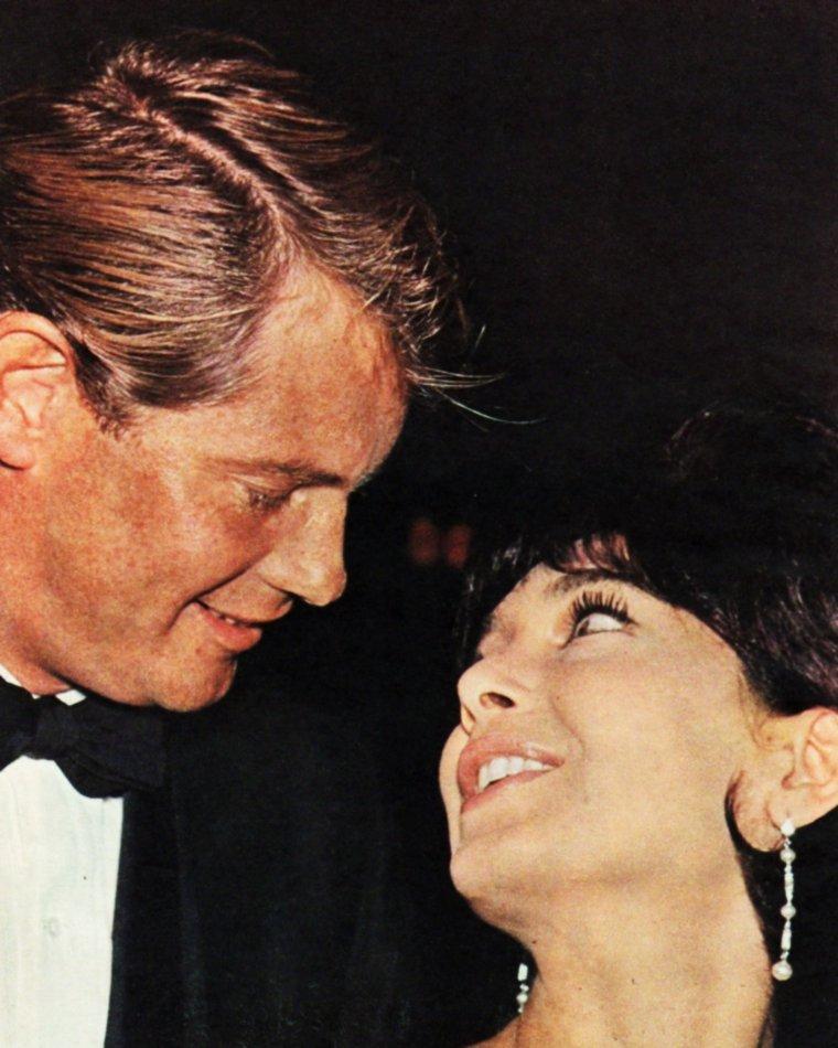 """Rubrique """"COUPLES DE LEGENDE"""" / Record / Troy DONAHUE épouse à Rome, le 4 Janvier 1964, la belle Suzanne PLESHETTE... Le mariage durera 8 mois, ils divorceront le 8 Septembre de la même année..."""