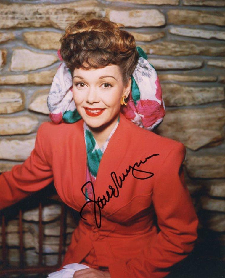 """COUPLES DE LEGENDE / Jane WYMAN and Ronald REAGAN, futur Président des Etats-Unis (Ronald WILSON REAGAN, né le 6 février 1911 et mort le 5 juin 2004, est un acteur et homme d'État américain, 40ème président des États-Unis, de 1981 à 1989.) : En 1938, REAGAN tourna dans le film """"Brother Rat"""" avec l'actrice Jane WYMAN (1917-2007). Ils se fiancèrent au Chicago Theatre et se marièrent le 26 janvier 1940 à la Wee Kirk o' the Heather church de Glendale en Californie. Ils eurent deux enfants, Maureen (1941-2001) et Christine (né en 1947 mais qui ne vécut qu'une journée) et en adoptèrent un troisième, Michaël (né en 1945). À la suite de disputes sur les ambitions politiques de son époux, Jane WYMAN demanda le divorce en 1948 et ce dernier fut officialisé en 1949. Il est le seul président américain à avoir divorcé."""