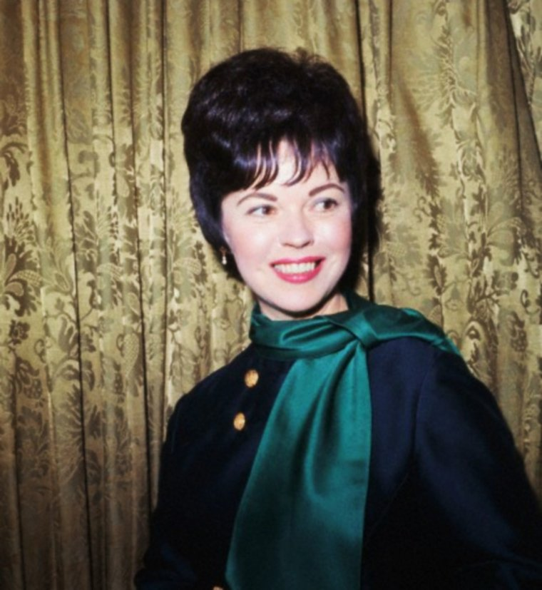 QUIZZ / Who is she ?... / STAR MYSTERE : (indice facile) Elle tient une place à part dans l'histoire du cinéma : elle est en effet la première enfant-star à avoir connu une renommée internationale, due en grande partie à sa longue filmographie. Elle fut une véritable icône dans l'Amérique des années 1930 et 1940. Après sa carrière d'actrice, elle devient diplomate. La reconnaissez-vous ici photographiée en 1966 ?...
