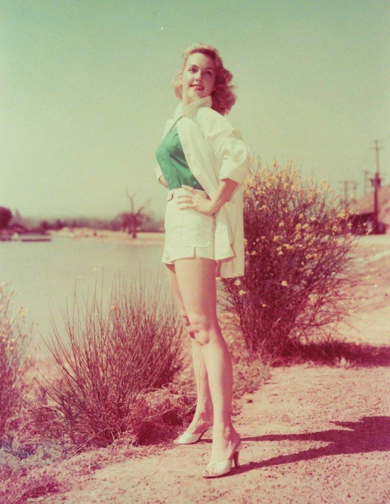 PHOTOS DU JOUR / L'été avec Leigh SNOWDEN (rare) / Martha Lee ESTES, plus connue sous le pseudo de Leigh SNOWDEN, est une actrice Américaine, née le 23 Juin 1929, décédée le 16 Mai 1982.