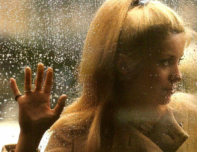 """ORAGES / Entre hier et aujourd'hui, + de 15° en moins, on va pouvoir jouer le remake des """"parapluies de Cherbourg"""" !... (photo Catherine DENEUVE)."""