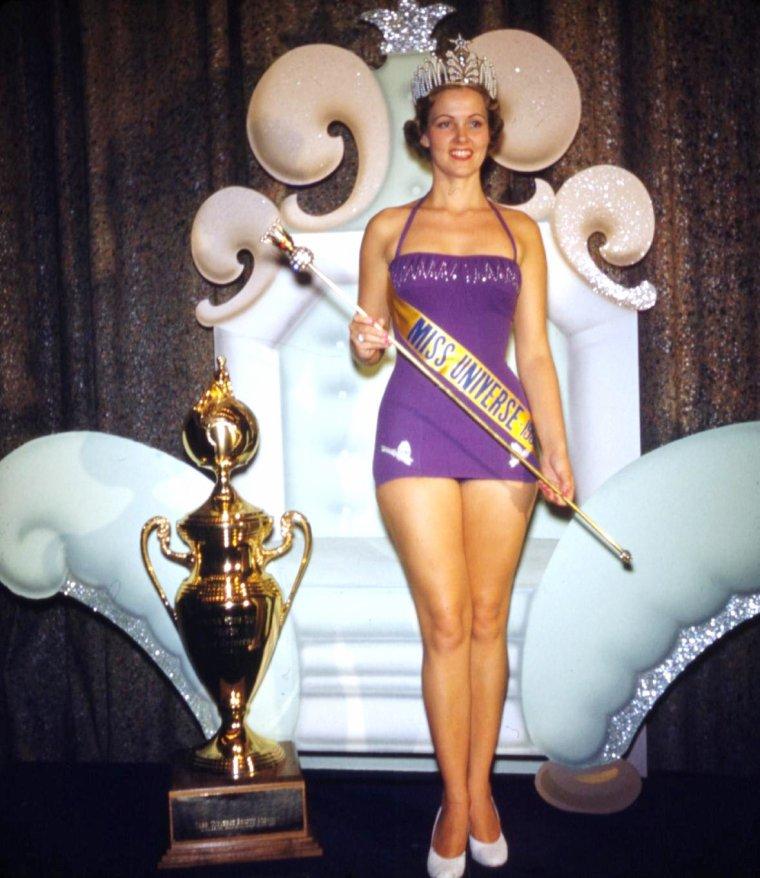 NEWS / Miriam Jacqueline STEVENSON, née le 4 Juillet 1933, à Winnsboro, Caroline du sud, est la première Américiane a obtenir le titre de Miss U.S.A. en 1954, puis le titre de Miss Univers en 1955 ; Hollywood lui fera signer un contrat d'une année avec PAGEANT. (MEASUREMENTS ; Heigh 176 / Bust 91,5 / Waist 61 / Hips 91,5).