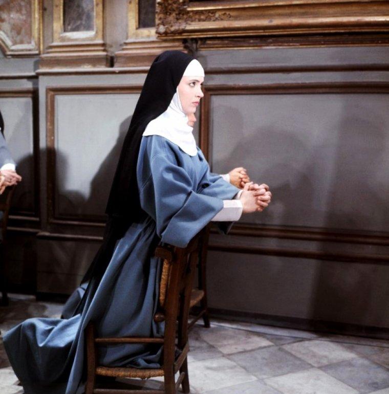 """1967 / Un jour, Un film : """"Suzanne Simonin, la Religieuse de Diderot"""", parfois appelé """"La Religieuse"""", est un film de Jacques RIVETTE, adapté du roman """"La Religieuse"""" de DIDEROT et sorti en 1967. /SYNOPSIS / Au XVIIIème siècle, Suzanne SIMONIN est cloîtrée contre son gré par ses parents qui la destinent à la vie conventuelle sans qu'elle en ait la vocation. Rebelle à toute autorité, et désirant retourner à la vie civile, elle subira la cruauté d'une abbesse sadique qui lui infligera humiliations et tortures, la croyant possédée par le diable. Suzanne obtient sa mutation par voie juridique dans un autre couvent dont l'ambiance est beaucoup plus dilettante et dans lequel elle sera confrontée aux avances amoureuses et sexuelles de sa nouvelle abbesse. (Dans les rôles principaux, Micheline PRESLE et Anna KARINA)."""