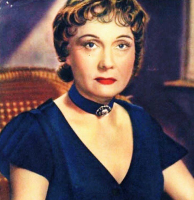 """NEWS / Arletty, nom de scène de Léonie BATHIAT, née le 15 mai 1898 à Courbevoie (Seine, aujourd'hui Hauts-de-Seine) et décédée le 23 juillet 1992 à Paris, est une actrice française. / MINI-BIO / Connue pour sa gouaille dans la vie comme dans ses rôles - notamment sa fameuse réplique : """"Atmosphère, atmosphère ! Est-ce que j'ai une gueule d'atmosphère ?"""" Lancée à Louis JOUVET dans 'Hôtel du Nord' de Marcel CARNE et Henri JEANSON, en 1938 -, Arletty tient son caractère d'une enfance modeste en banlieue parisienne. Fille d'une blanchisseuse et d'un chef de dépôt de tramway, Léonie BATHIAT, de son vrai nom, doit quitter sa ville natale à la mort de son père. A la suite du drame, elle épouse un banquier qui l'emmène vivre à Garches où elle découvre le théâtre, la mode et les moeurs de la haute société parisienne. Engagée comme mannequin pour la maison de couture POIRET sous le nom d'Arlette, elle devient Arletty sur les planches du Théâtre des Capucines. Très vite, elle apparaît sur les plateaux de cinéma, dirigée par Victor BOUCHER dans 'La Douceur d'aimer' puis par Jean CHOUX qui lui donne son premier grand rôle en 1931 dans 'Un chien qui rapporte'. Icône du Paris populaire grâce à Marcel CARNE, la comédienne joue dans 'Les Enfants du paradis', écrit par Jacques PREVERT en 1943. Le personnage de Garance constitue le point culminant de sa carrière d'actrice et son rôle le plus marquant. Fidèle à ses réalisateurs, elle jouera de nombreuses fois pour CARNE, PREVERT, ou encore Sacha GUITRY. Après la guerre, Arletty revient au théâtre où elle rencontre Louis De FUNES dans la pièce 'Un tramway nommé désir' de Tennessee WILLIAMS, ainsi que Jean-Claude BRIALY et Jean BABILE. Mais l'actrice perd progressivement la vue et doit abandonner les plateaux alors qu'elle joue pour Jean COCTEAU. Elle prête alors seulement sa voix à plusieurs reportages de 1967 à 1985 et disparaît en 1992, laissant derrière elle une carrière d'actrice impressionnante, qui aura marqué les mémoires et l'his"""
