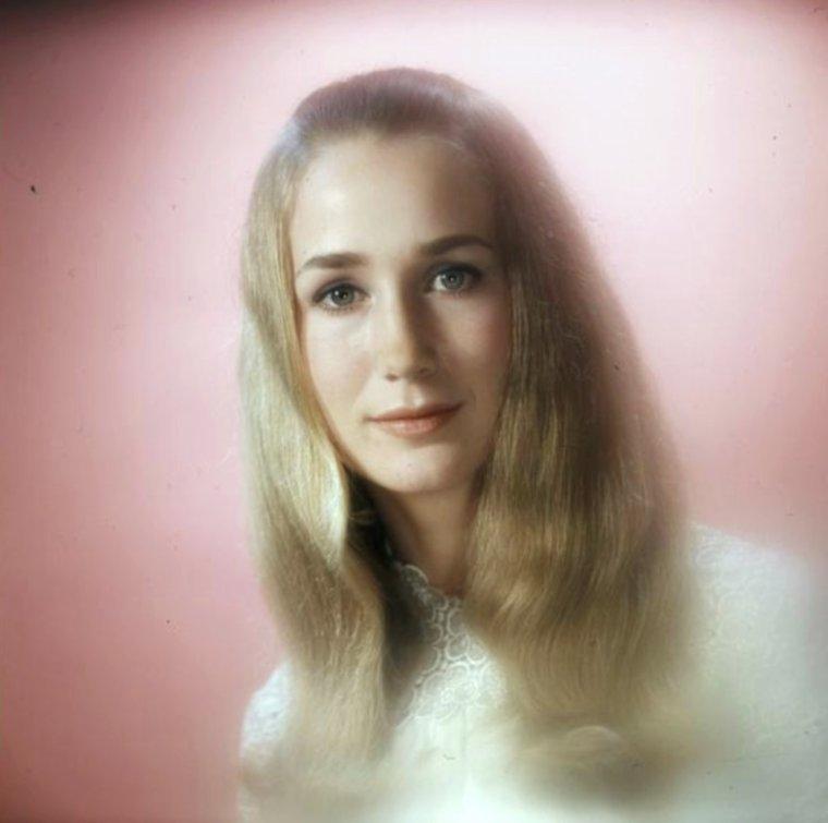 """STAR MYSTERE / Who is she ? Actrice française née le 15 juin 1946 à Tourcoing. / INDICE / Sa carrière débute alors qu'elle n'a que cinq ans, avec le rôle de Paulette dans le film """"Jeux interdits"""" réalisé par René CLEMENT. Le succès est tel qu'elle est même présentée à la reine Élisabeth II d'Angleterre. Tenue éloignée des plateaux par ses parents, elle est cependant rappelée par la « profession » et continue en 1967 dans """"Le Grand Meaulnes""""... La reconnaissez-vous ici sur cette photo vers 1966-67 ?"""