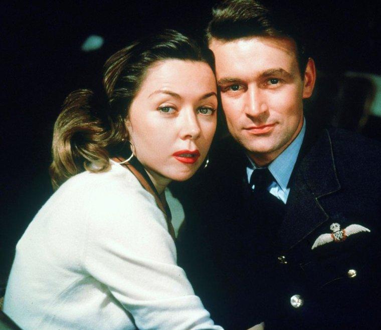 """1956 / FILM CULTE avec un casting de rêve ; Clifton WEBB / Gloria GRAHAME / Stephen BOYD / Josephine GRIFFIN, entre autres... / """"L'homme qui n'a jamais existé"""" (The Man Who Never Was) est un film américano-britannique réalisé par Ronald NEAME et sorti en 1956. / SYNOPSIS / Durant la Seconde Guerre mondiale, le capitaine Ewen MONTAGU et son adjoint, de l'armée navale britannique, conçoivent une ruse pour amener les autorités allemandes à croire qu'un débarquement des alliés aura lieu en Sardaigne et dans les Balkans alors qu'il est prévu en Sicile occupée par l'ennemi. Ils font en sorte que les Espagnols trouvent sur une de leurs plages le cadavre d'un officier britannique détenteur d'un plan de débarquement. Les Britanniques ont fabriqué tout un passé au mort (le cadavre anonyme d'un civil) baptisé pour la circonstance « William Martin » : de la lettre d'amour déchirante de sa petite amie jusqu'à un avis de découvert bancaire en passant par des billets d'une pièce de théâtre. Avant que les Espagnols n'enterrent le cadavre, les espions allemands ont eu le temps de photographier tous les documents, c'est ce que les Britanniques découvrent en les faisant ensuite examiner par des experts. Les Allemands délèguent à Londres un de leurs espions, l'Irlandais Patrick O'REILLY, chargé de vérifier l'authenticité de l'identité de William MARTIN. O'REILLY contrôle point par point la véracité de l'existence de MARTIN : de la boutique où il achetait ses chemises jusqu'au domicile de « sa fiancée. » Pris d'un doute, O'REILLY tend un piège aux Britanniques en mettant son existence en péril : il dévoile à la fiancée son identité et le nom de la pension de famille où il réside. Si les Britanniques viennent l'arrêter, c'est que William MARTIN et son plan de débarquement ne sont qu'un stratagème. Le capitaine MONTAIGU a une prémonition de la tactique de O'REILLY et demande aux services secrets de ne pas l'appréhender. Passé le délai d'attente, O'REILLY, depuis sa chambre, confirme par é"""