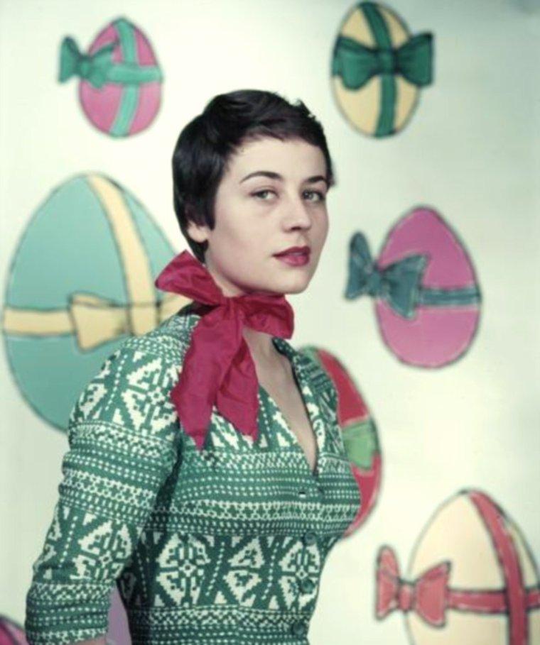 """STAR MYSTERE / Who is she ? Actrice Française née le 25 Octobre 1931, décédée le 28 Février 2011 / INDICE / En juillet 1954, elle sort du Conservatoire national supérieur d'art dramatique avec deux premiers prix, et elle est engagée peu après à la Comédie-Française. Son interprétation de """"La Machine à écrire"""", en 1956, aux côtés de Robert HIRSCH, est particulièrement remarquée par Jean COCTEAU, qui voit en elle « le plus beau tempérament dramatique de l'après-guerre ». La reconnaissez-vous ici vers 1956 ?"""