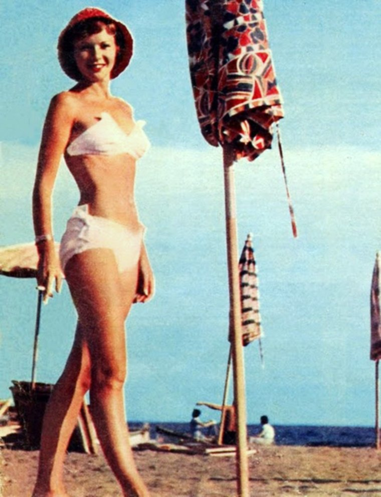 NOS STARS EN VACANCES... (de haut en bas) Jane POWELL / Claudia CARDINALE / Marilyn / Esther WILLIAMS / Joan COLLINS / Mara LANE / Françoise ARNOUL / Janet LEIGH