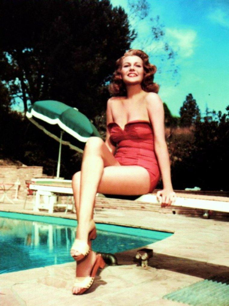 BELLE JOURNEE A TOUTES ET A TOUS !... avec Rita (1944) 2 autres variantes de cette pix dans ce blog ! (voir TAGS)