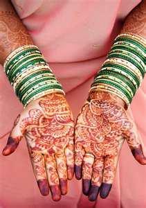 des mains avec bracelets et hainéé