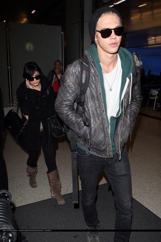 23/02/12 : Nessa et son BF a l'aeroport de LAX