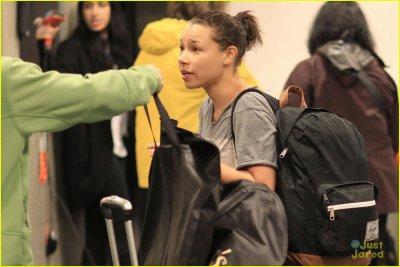 Jessica à l'aéroport et stills 1x16
