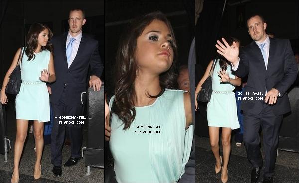"""SELENA A """"CHICK-FIL-A""""!   .  Découvre les news du 14, des candids de Sel avec sa fameuse robe bleu, après la cérémonie de ce jour (AFCR), puis des photos postées par Selena, dont une qui est une capture d'un épisode de WOWP qui n'est jamais passé !  Pour le 15, découvre Sexy-Selly : Selena qui sort d'un restaurant avec des amies. Enfin, deux photos postées hier par Sel sur Twitter, avec un tweet. Côté tenue, le 15/06/12, Selly est juste magnifiquement magnifique, simple mais efficace. GROS TOP! ♥ .    ●  Que penses-tu de la tenue de Selly : TOP/BOF/FLOP ? Aimes-tu les photos persos? Aimes-tu la version """"pink"""" ^^ ?"""