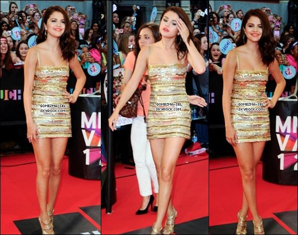 """17/06/12 : SELENA AU """"MMVA """".   .  Découvre les photos de Selena arrivant au """"Music Much Video Awards"""", à Toronto (Canada). On la voit arrivant, avec une vidéo d'elle et de Jazzy Bieber(la petite soeur de Justin[/g), et enfin avec les LMFAO mettant le feu a la baraque sur scène ;p. Puis, le site Ultimate-Selena organise une surprise pour l'anniversaire de Selly, qui aura 20 ans, tout ses fans peuvent lui écrire un message par l'intermédiaire du site, avant le 20 juillet, qui leur seront transmis. ;). ♥ .    .    ●  Que penses-tu des tenues de Selly : TOP/BOF/FLOP ? Ecriras-tu un petit mot pour Selena ?"""