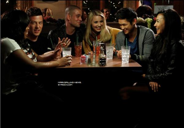 Photo de Mark avec ses co-stars pendant une scène + avec une fan sur le set de Glee