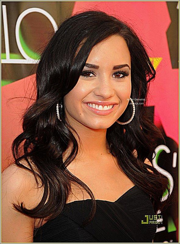 """* Demi répond aux appels téléphoniques de ses fans ! Demi Lovato va mieux, on en  est sûrs maintenant. Elle a fait savoir à ses fans via Facebook qu'ils  pouvaient lui téléphoner et qu'elle répondrait à leurs appels  personnellement.Demi Lovato était complètement isolée en rehab, c'était essentiel pour son traitement. Mais on dirait qu'elle va beaucoup mieux maintenant, même si elle a un peu changé physiquement. Elle a en effet incité ses fans à l'appeler hier :""""Je prends les appels téléphoniques là tout de suite ! Appelez au 972-499-4918 pour me parler !"""" a-t-elle posté sur Facebook. Si Demi a le droit de téléphoner et  surtout qu'elle renoue le contact avec ses fans c'est la preuve qu'elle  est presque guérie.On espère juste que les paparazzis la lâcheront un peu quand elle sortira pour de bon!  *"""