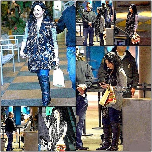 31.01.11 * Demi a été repéré attendant sa voiture après être passer au CheeseBurger.*