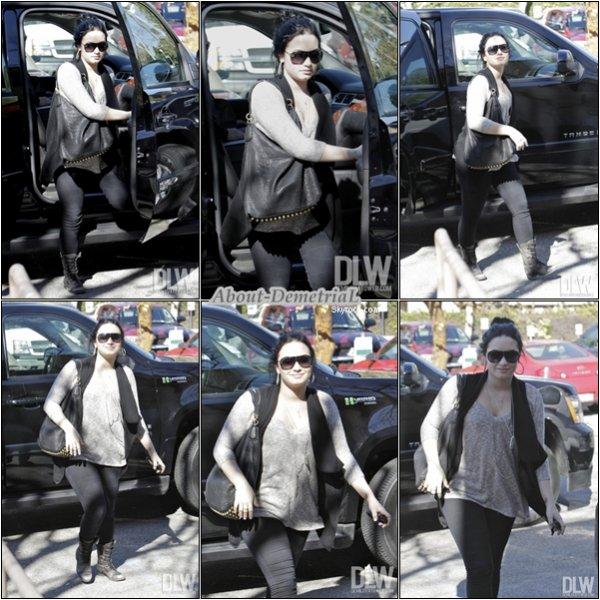 03.02.11 * Demi Lovato a été repéré allant encore (et encore) dans son centre a Santa Monica, en Californie.*