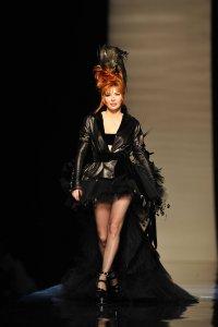 Mylène défile pour Jean Paul Gautier dans sa robe Libertine