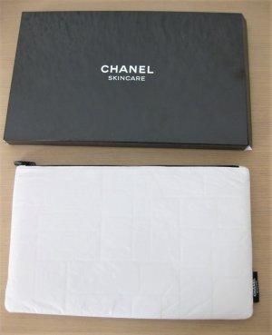 Chanel Trousse à maquillage blanche avec boite, motifs ton sur ton. PLUS DISPO