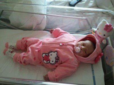 notre fille sara née le 1er decembre a22h38 (3kg310et49cm) ke je l'aime