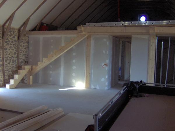 voici donc la partie chambre salle de bain sous la mezzanine lescalier donnera sur une grande salle de jeux de 90m2restera a lamnager