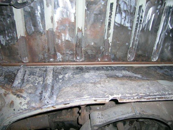 La cloison de fermeture du compartiment moteur