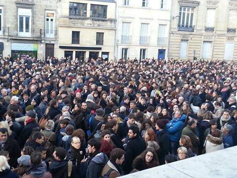 Après l'attentat dans les locaux de Charlie Hebdo à Paris, plusieurs milliers de personnes sont rassemblées sur le parvis des droits de l'homme à Bordeaux.