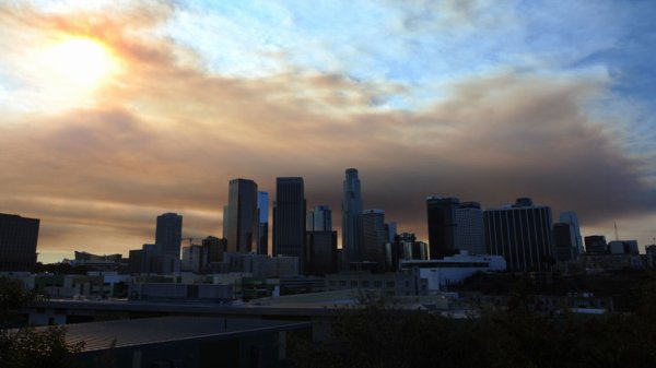 L.A - Los Angeles dans un nuage de fumée en raison d'un incendie