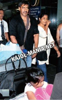 vue: Kajol et sa famille à l'aéroport de Mumbai(et voila la photo de Ajay et kajol et nysa en cachant le visage!)