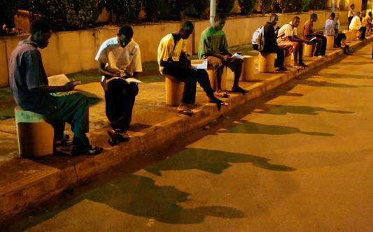يلجأ الطلاب في غينيا إلى المطار للمذاكرة لأنه المكان الوحيد الذي لا تنقطع فيه الكهرباء !  تأمل يا من يتوفر عندك كل شيء وتقصر في دراستك
