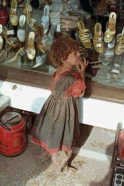 تناظرها من خلف الزجاج حافية القدم , تبكي بحرقة ويعصرها الألم , هي ما بكت فقدِ الحذاء وإنما من خذلان الأُمم ..!