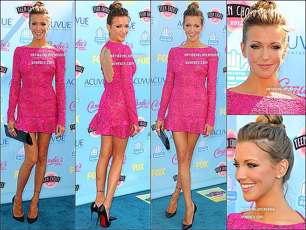 . 11.08.2013 :  Katie Cassidy était présente à la cérémonie des  « Teen Choice Awards 2013 »  à Los Angeles. Malheureusement, la série Arrow n'a gagné aucun prix. Katie est vraiment sublime, j'adore sa tenue et sa coiffure. C'est un top!.