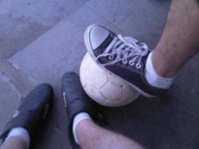 les quel chaussures sont les mienne  celle de droite ou celle de gauche ? a vous de devinez