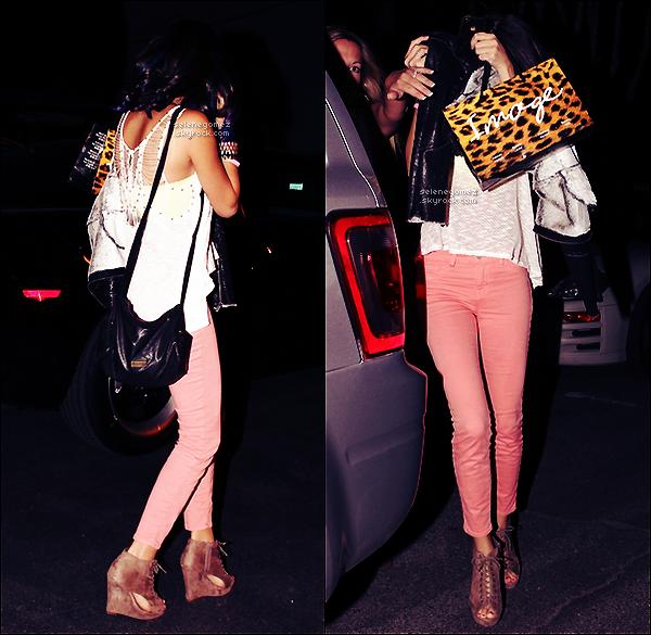 . 12.01.12 - Selena Gomez et Justin ont été aperçus quittant un restaurant Mexicain, à Los-Angeles. Avis perso: J'aime bien la tenue de S. Elle nous a fait un TOP ! J'aime ses chaussures et son haut. Vos avis ? .
