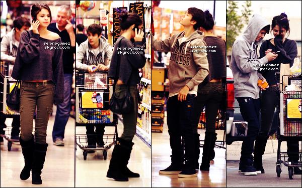 . 14.01.12 - Sel avec ses mèches bleus et son boyfriend ont été vus faisant des courses, à Los-Angeles. .