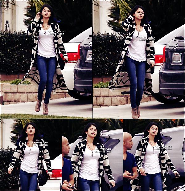 . 15.01.12 - Selena quittait la maison d'un de ses ami avec Justin B. (on ne le vois pas), Shermans Oacks. + Trouve le point commun sur ces 2 dernière images. Avis perso: J'adore sa tenue. Elle est simple et belle. TOP! Vos avis ? .
