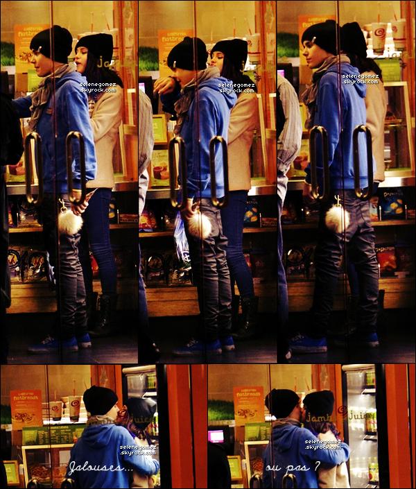 . 16.01.12 - Sel et Just' ont passé la journée à Disneyland puis ont étéaperçusse commandant à manger. Selena a toujours ses mèches bleues.La miss Gomez et Justin Bieber s'embrassaient en attendant la commande. Jaloux(se) ? .