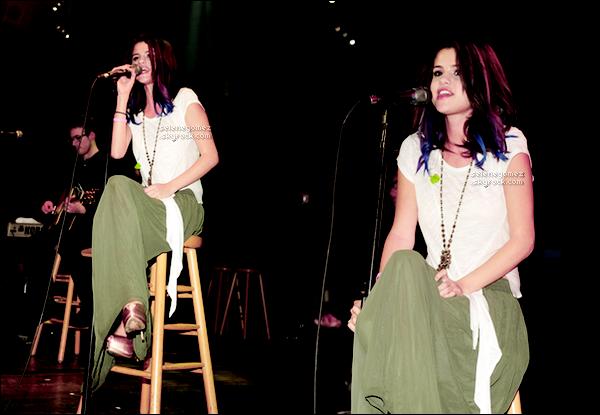 . ________20.01.12 - Selena Gomez présentant 2nd Annual Acoustic Concert for UNICEF . Top ou Flop ? _________Parmi les stars présente il y'avait Ashley Tisdale, David Beckham, Justin Bieber. Avis perso: Bof pour la tenue. _________Au concert S. a repris la chanson de Miranda Lambert,« The House That Built Me » qu'elle a dédié à sa maman. _________De plus elle a annoncé que Ethan Roberts un membre de son groupe « The Scene » quittait son groupe pour une _________carrière en solo en lui souhaitant bonne chance.___________________________________________________________ .