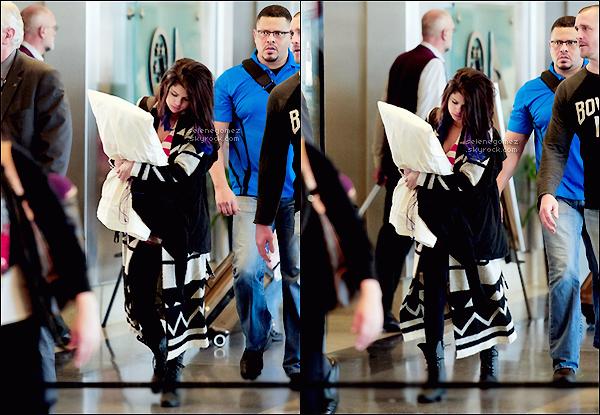 . 21.01.12 - Sel a été vue à l'aéroport de LAX pour une direction vers P.Rico pour le début de sa tournée. .